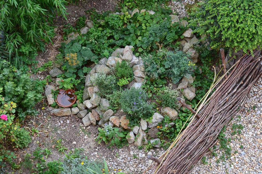 Pohled na bylinkovou spirálu